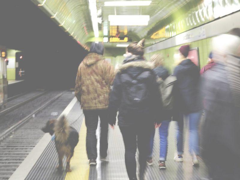 Eine Stadtstreiferin mit Hund führt eine Gruppe durch eine Bonner U-Bahn Station.